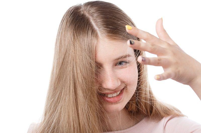 divka-se-zelektrizovanymi-vlasy